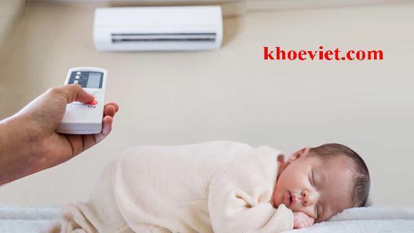 trẻ bị sốt có nên nằm điều hòa