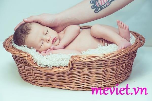 làm gì kho trẻ sơ sinh bị sốt vius