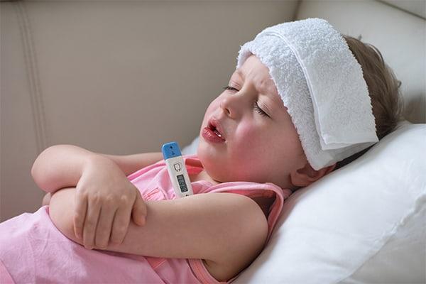 trẻ bị sốt do viêm phổi