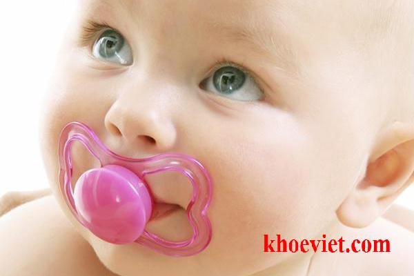 trẻ bị nhiễm nấm candida ở miệng