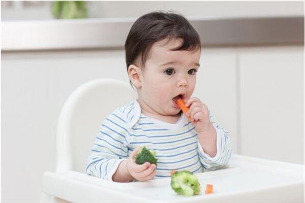 trẻ bị táo bón nên ăn gì